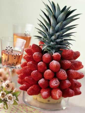 Новогодний стол клубника из ананаса